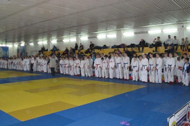 На турнир съехались более 200 рукопашников.