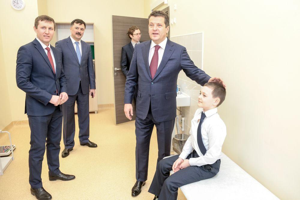 Мэр Казани побывал на открытии выставки в гимназии №180.