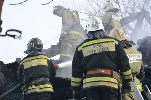 В населённом пункте загорелся деревянный дом, в котором находилась семья.