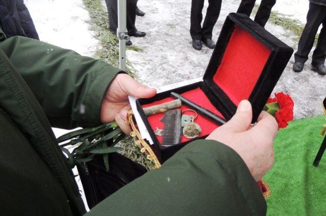 Похоронить героя с воинскими почестями удалось лишь в декабре прошлого года.