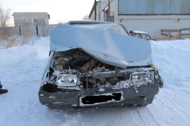 В Новоорском районе водитель без прав врезался в дерево, пострадал пассажир.