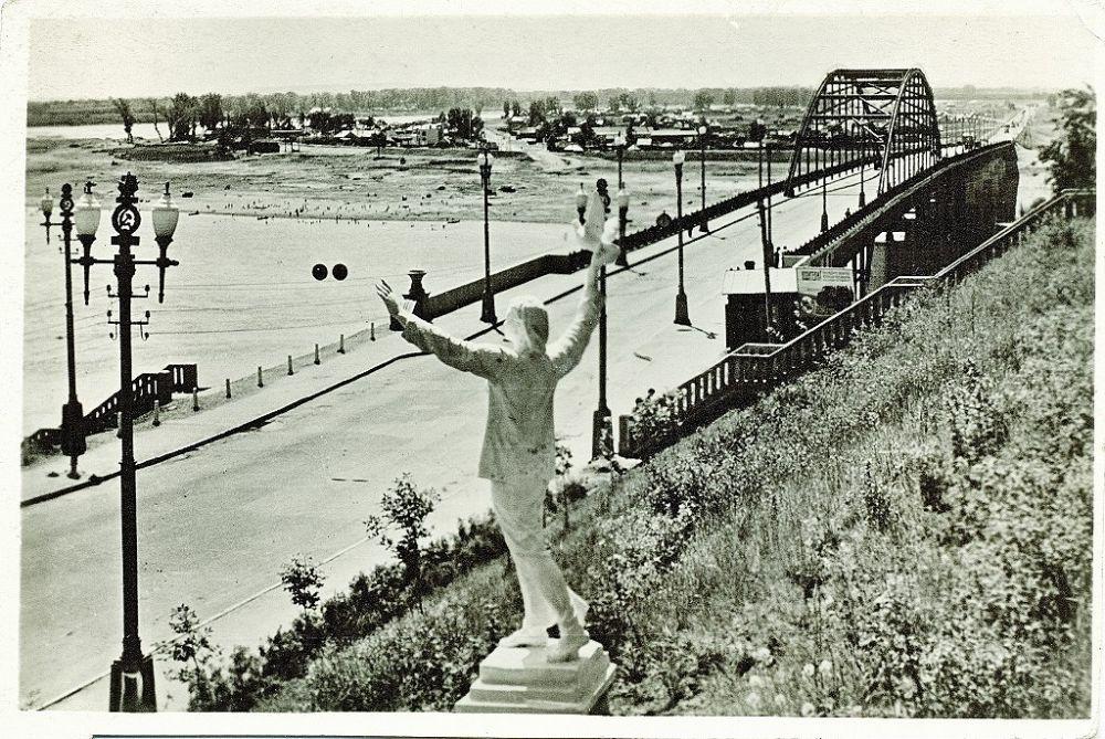 Мост в 1961 году, пять лет после открытия.