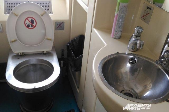 Нельзя отказывать девушке в туалете, берет киску