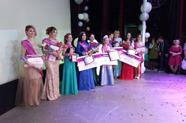 Одиннадцать участниц со всего муниципалитета съехались в федоровский «Премьер» блеснуть красотой и талантами.