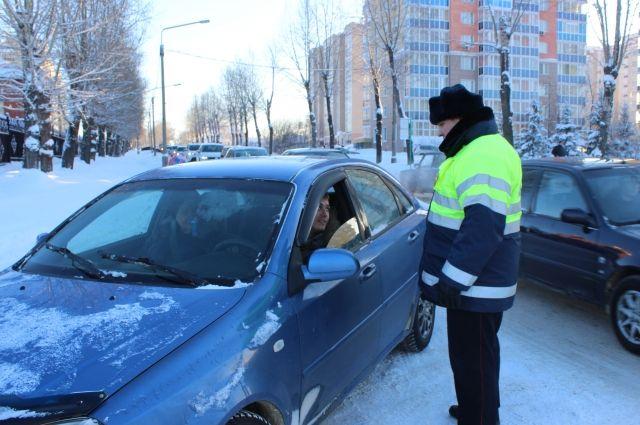 Девушек за рулем сотрудники ГИБДД поздравляли, а пьяных водителей наказывали.