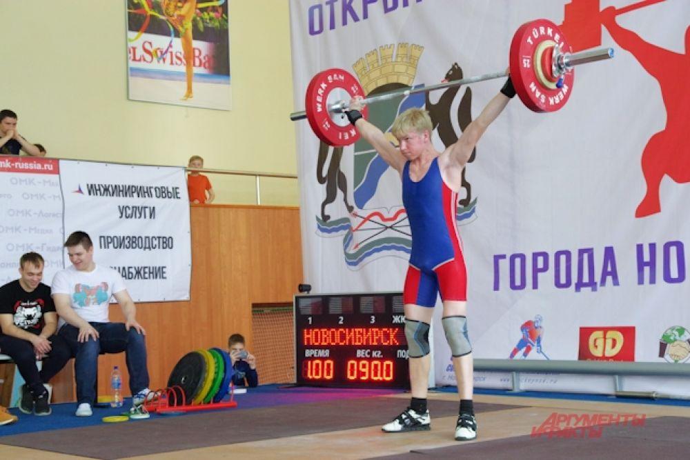 В турнире выступили спортсмены города, студенты новосибирских вузов, сборные команды из области, где традиционно культивируется тяжелая атлетика.