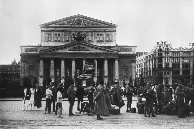 У здания Большого театра в Москве. 1918 г.