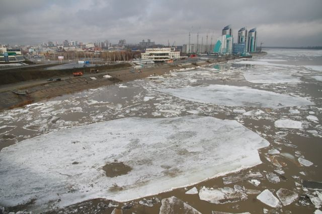 Лёд на некоторых реках нынче толщиной больше метра, что чревато серьёзными заторами.