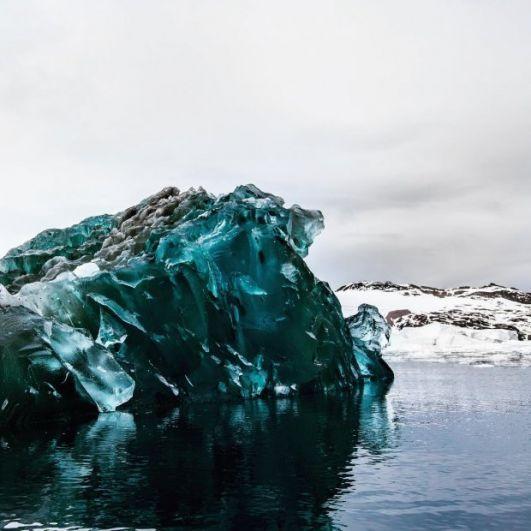 Этот айсберг скорее похож на декорации к какому-то фантастическому фильму, нежели на ледник.