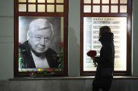 Люди приносят цветы к портрету Олега Табакова возле главного входа в МХТ им. А. П. Чехова в связи со смертью артиста.