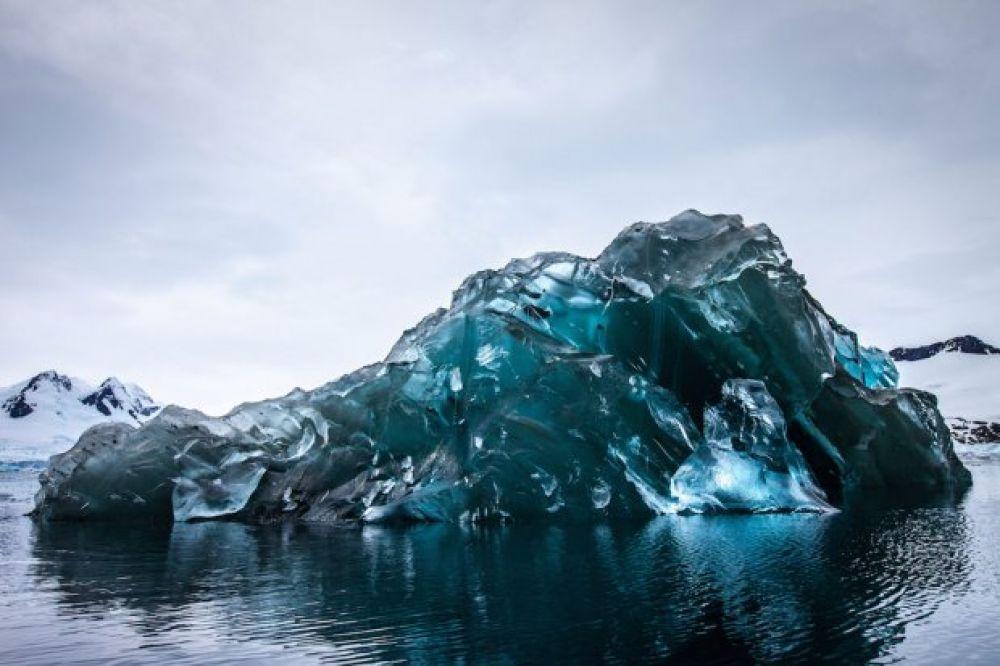 Айсберги, которые Алекс Корнелл увидел в океане, были похожи на драгоценные камни, которые сверкали на солнце.