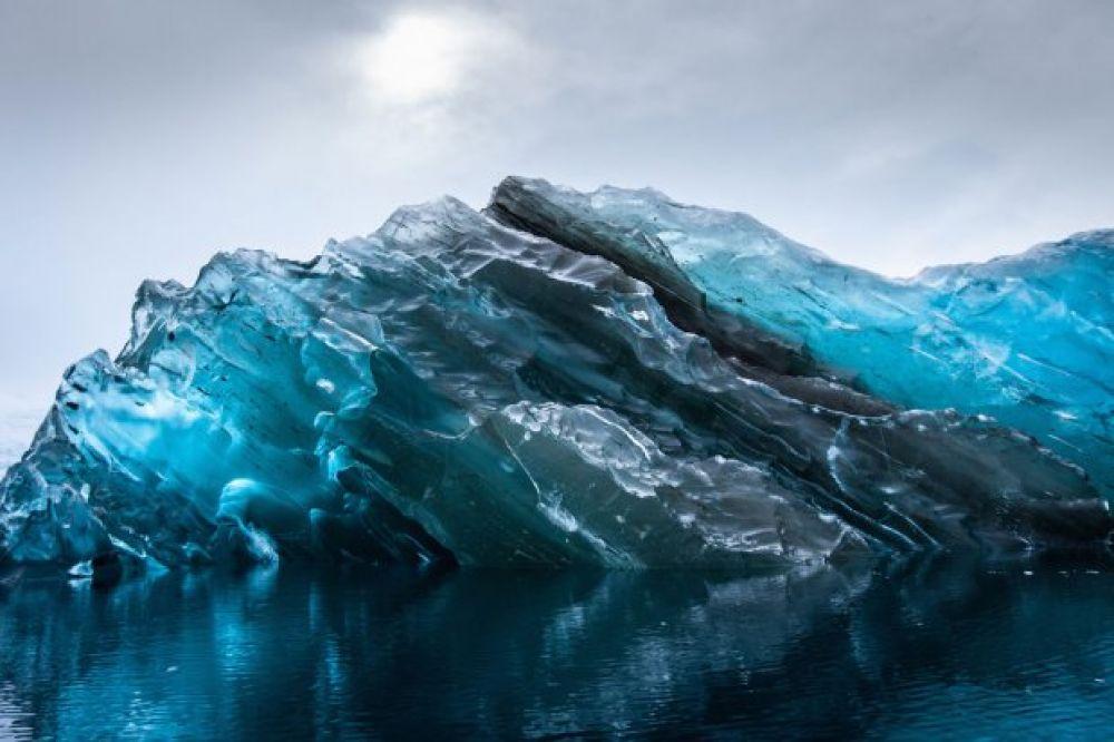Ученые предполагают, что глыбы льда длительное время находились под водой, что тоже повлияло и на их форму, и на окраску.