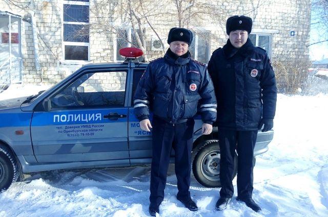 В Светлинском районе полицейские спасли на трассе замерзающего водителя.