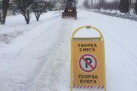 Снегоуборочная техника пробивает дорогу весне.