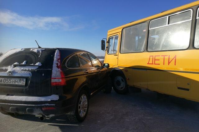 Рейсовый автобус столкнулся с легковым автомобилем.