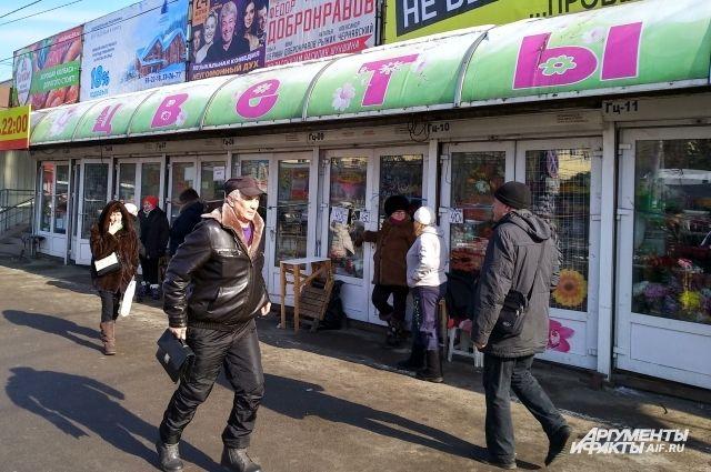 У Центрального рынка в Калининграде начали сносить цветочные павильоны.