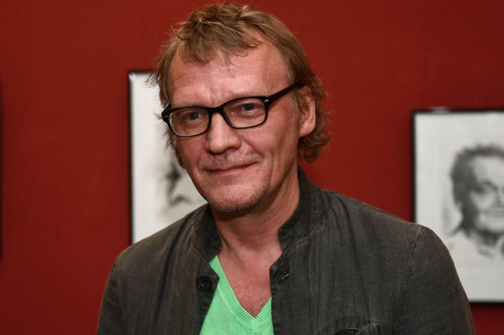 Алексей Серебряков играл в «Табакерке» в 1986-1991 годах, а перед этим был студентом Табакова в ГИТИСе. Актер всегда больше тяготел к кинематографу, на котором в итоге и остановился.