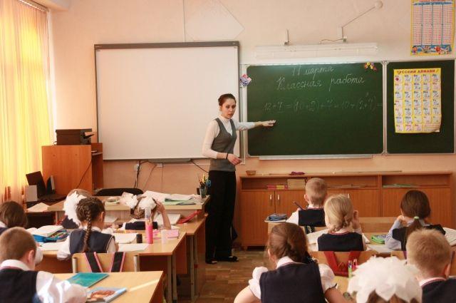 После уроков ученикам младших классов часто требуется помощь родителей.