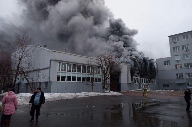 В Киеве случился масштабный пожар: внутри здания слышны взрывы