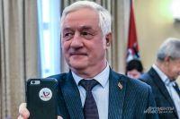 Глава Мосгоризбиркома Валентин Горбунов демонстрирует, как мобильный превращается в инструмент агитации отдать свой голос на выборах.