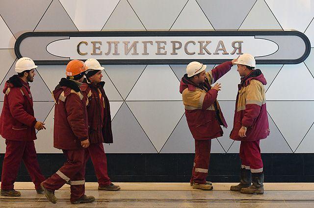 Рабочие на строящейся станции «Селигерская» Люблинско-Дмитровской линии Московского метрополитена.