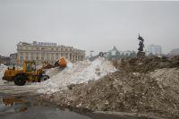 На главной площади края взялись за уборку мартовских осадков.