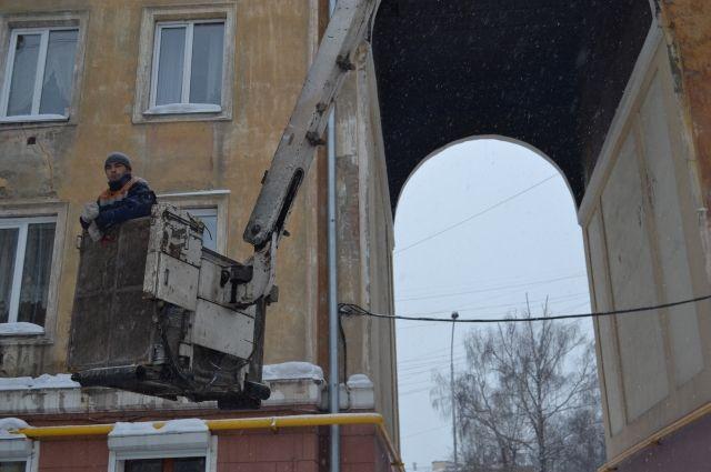 Работа в ЖКХ не лишена романтики. Например, чтобы сбить сосульки с козырька крыши, надо подняться в люльке высоко над городской суетой.
