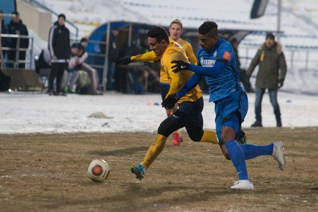 В матче главным соперником обеих команд оказался весенний холод.
