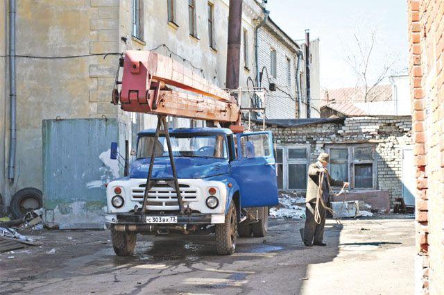 У городской компании Ленинского района часто менялись вывески, но из- нанка всегда была неприглядной, как эта картина в ее внутреннем дворе.