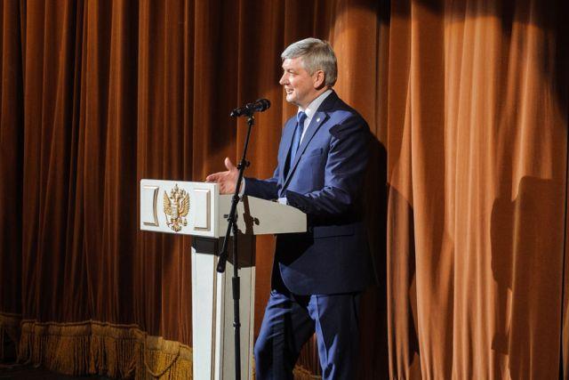 Со сцены Воронежского концертного зала Александр Гусев поздравил женщин, чьи заслуги стали наиболее значимыми для развития региона.