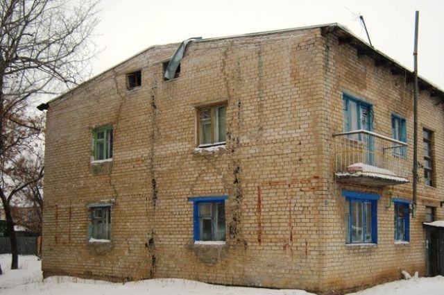 Дома на улице Школьной стоят на последнем издыхании, но люди не готовы переезжать в комнаты с душем на этаже.