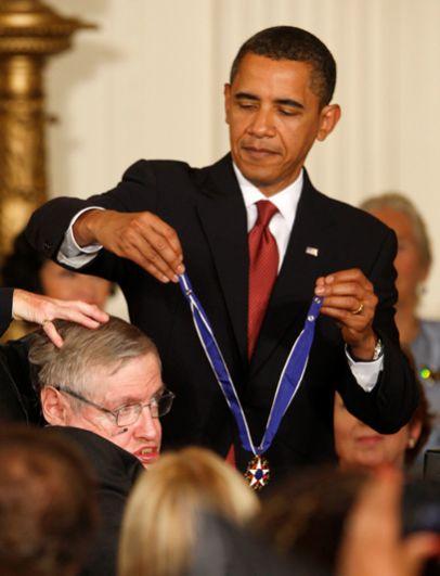 Президент США Барак Обама вручает Стивену Хокину медаль Свободы ученому в восточной комнате Белого дома в Вашингтоне. 12 августа 2009 года.