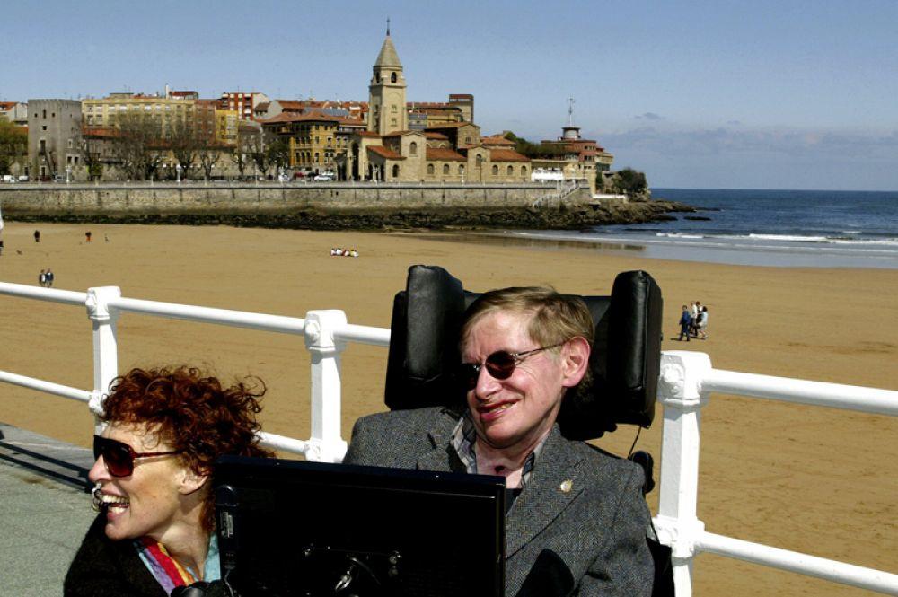Стивен Хокинг и его жена Элейн на пляже Сан-Лоренцо в испанском городе Хихон. 10 апреля 2005 года.