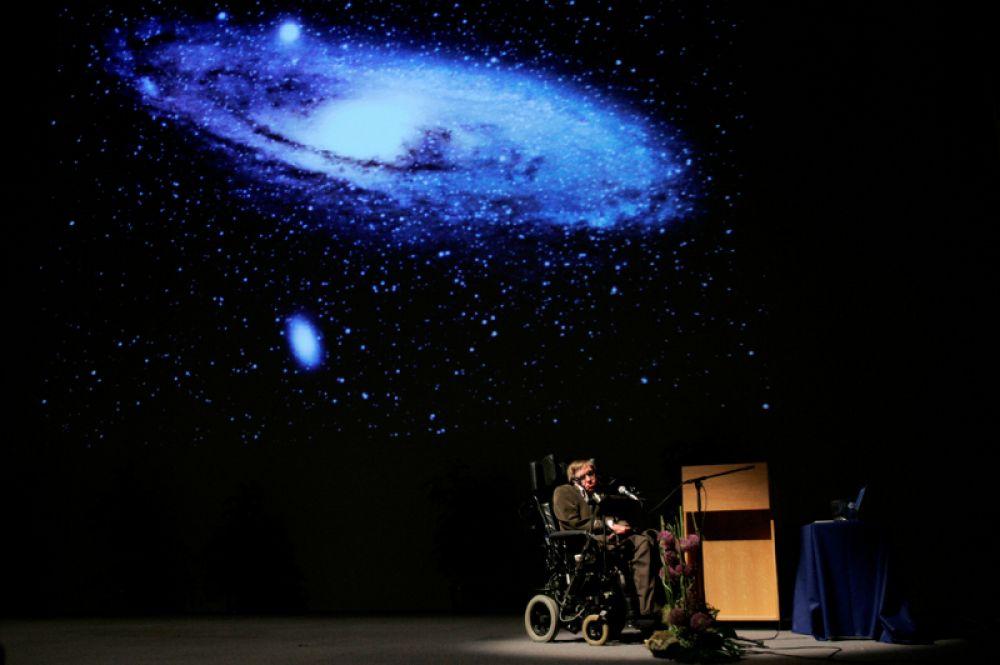 Стивен Хокинг читает лекцию «Происхождение Вселенной» в конференц-зале Heysel в Брюсселе. 20 мая 2007 года.