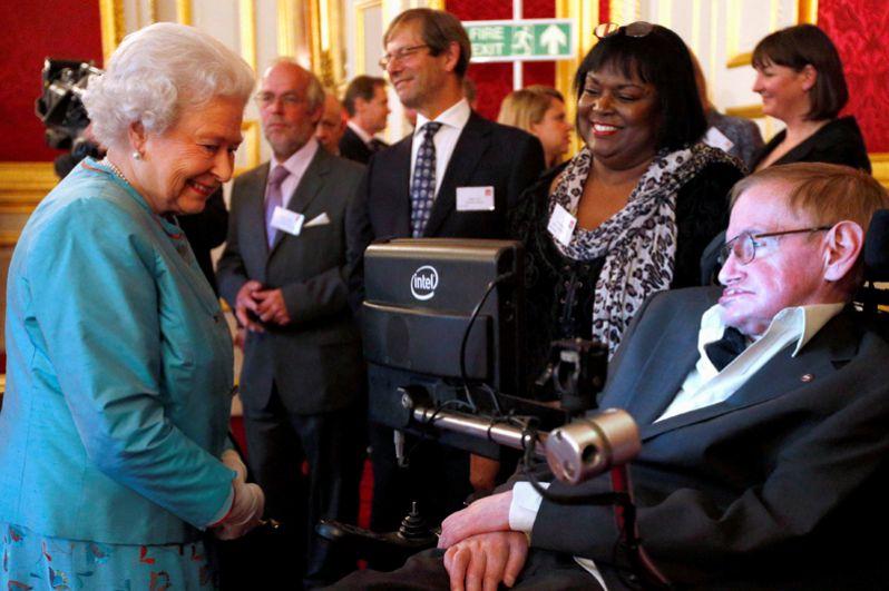 Королева Елизавета IIвстречает Стивена Хокинга во время благотворительного приема во дворце Сент-Джеймс в Лондоне. 29 мая 2014 года.