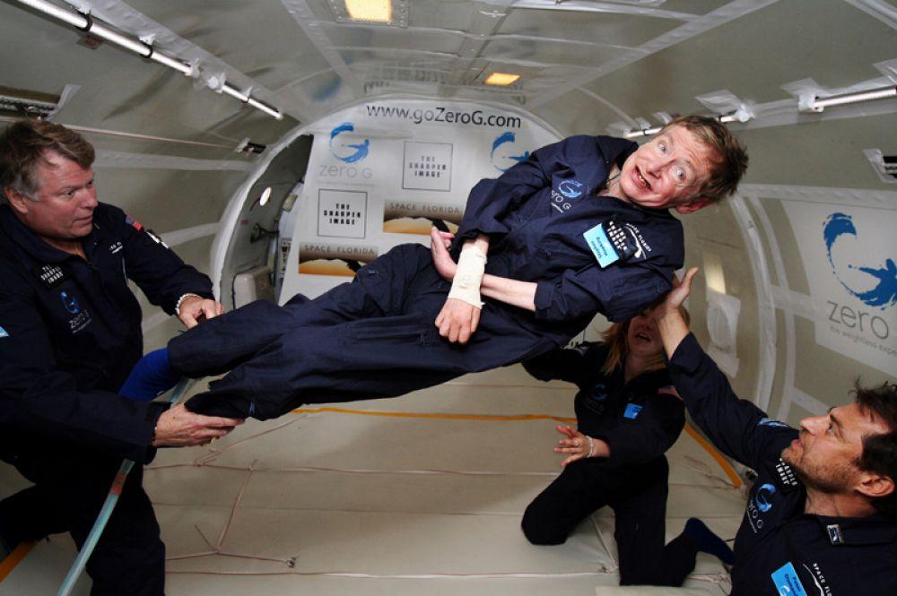 Стивен Хокинг испытывает невесомость на борту специального тренажера на базе Boeing 727. 26 апреля 2007 года.
