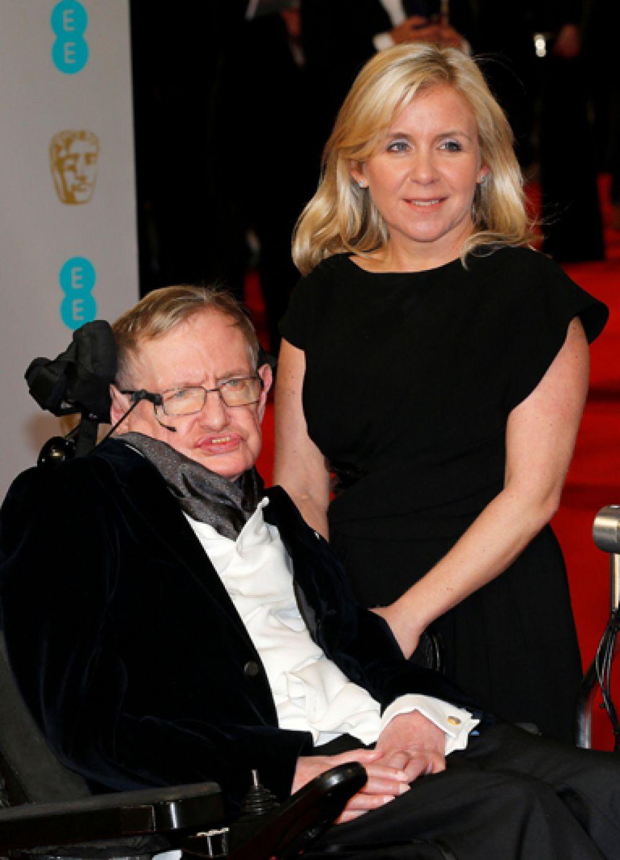 Стивен Хокинг и его дочь Люси на церемонии вручения наград Британской академии кино и искусств (BAFTA) в Королевском оперном театре в Лондоне. 8 февраля 2015 года.