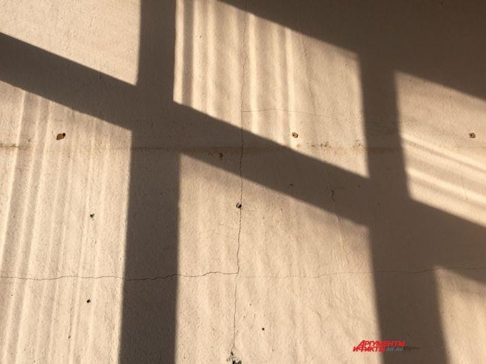 Некоторые жители утверждают, что трещины появились не после взрыва, а после ремонта стены дома.