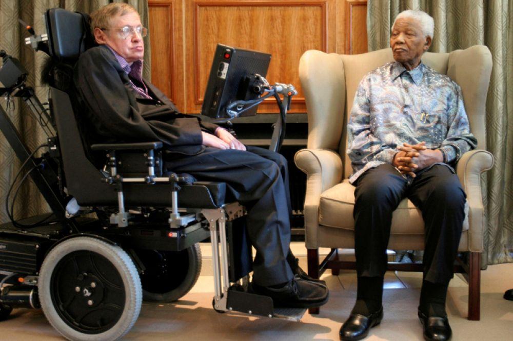Бывший президент ЮАР Нельсон Мандела на встрече со Стивеном Хокингом в офисе Фонда Манделы в Йоханнесбурге. 15 мая 2008 года.