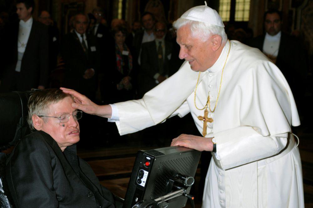Папа Бенедикт XVI приветствует британского профессора Стивена Хокинга во время встречи ученых в Ватикане. 31 октября 2008 года.