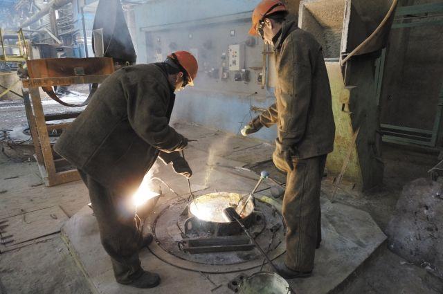 В цехе электролиза магния идёт плавка крылатого металла.