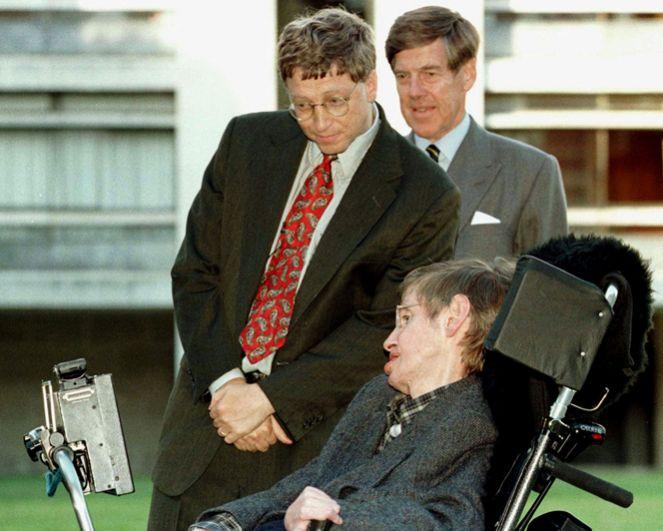 Президент Microsoft Билл Гейтс встречается с профессором Стивеном Хокином в Кембриджском университете. 7 октября 1997 года.