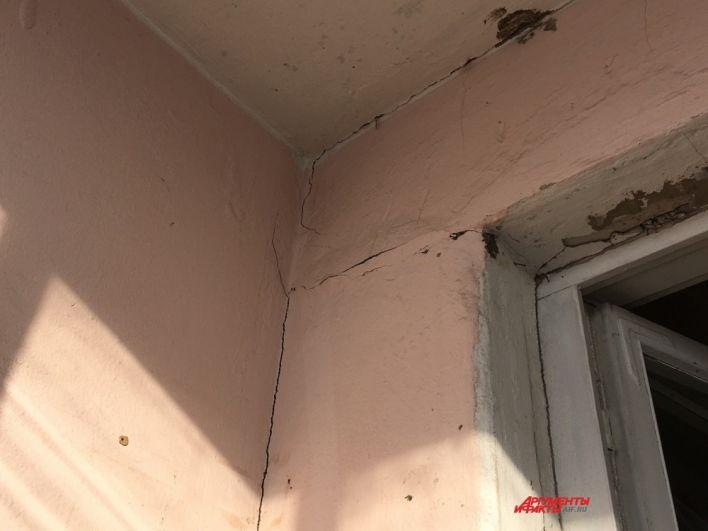 На стенах жилых помещений можно увидеть трещины.