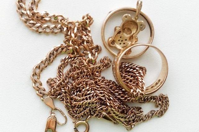 В Тюмени строитель украл у женщины золотые украшения