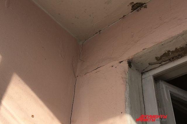 На стенах квартир и подъездов дома появились многочисленные трещины.