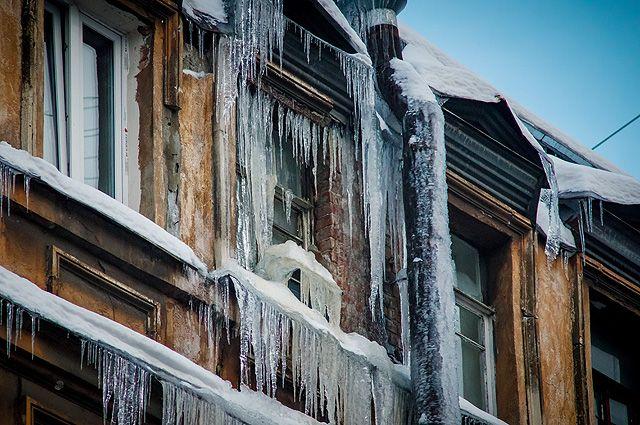 Люди пеняют на сосульки на крышах домов, которые никто не сбивает.