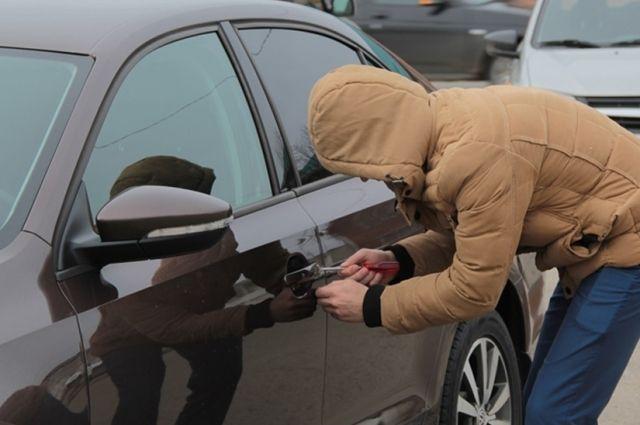 Из машины выкрали имущество более чем на 10 000 рублей.