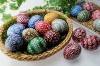 В храм люди несут крашеные яйца, куличи, творожную пасху, чтобы священник освятил их.