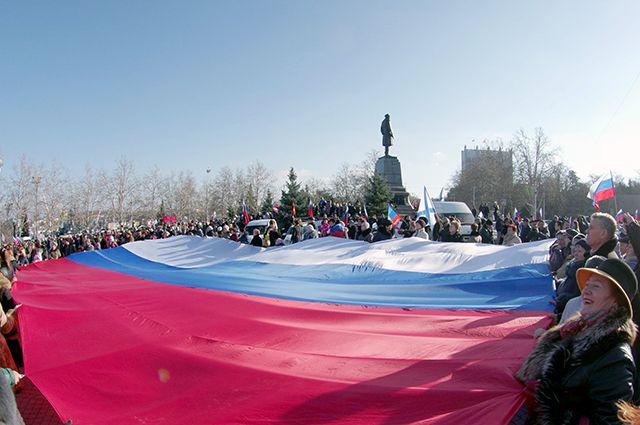 В Севастополе на площади Нахимова в годовщину назначения референдума о воссоединении Крыма с Россией развернули гигантский триколор.