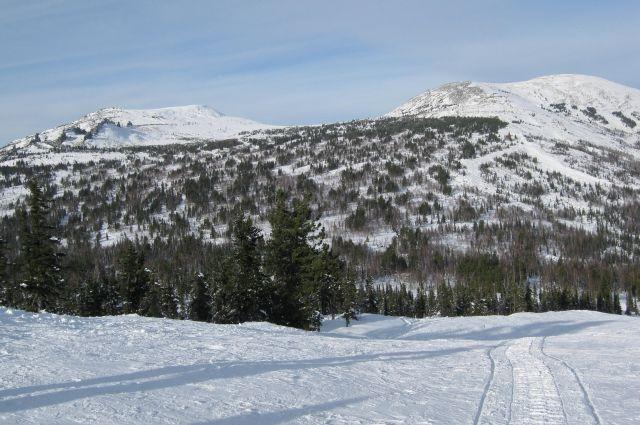 Двухлетняя девочка сломала ногу, катаясь на лыжах в Шерегеше.